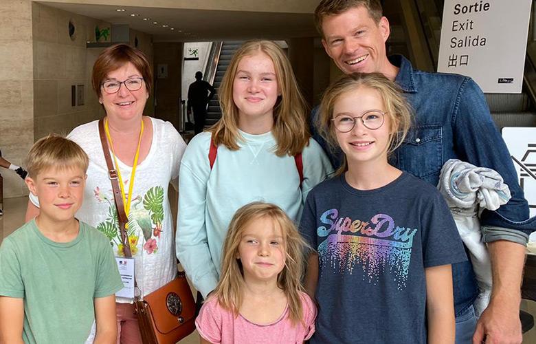 Stadtführung in Paris mit einer glücklichen Familie im Louvre
